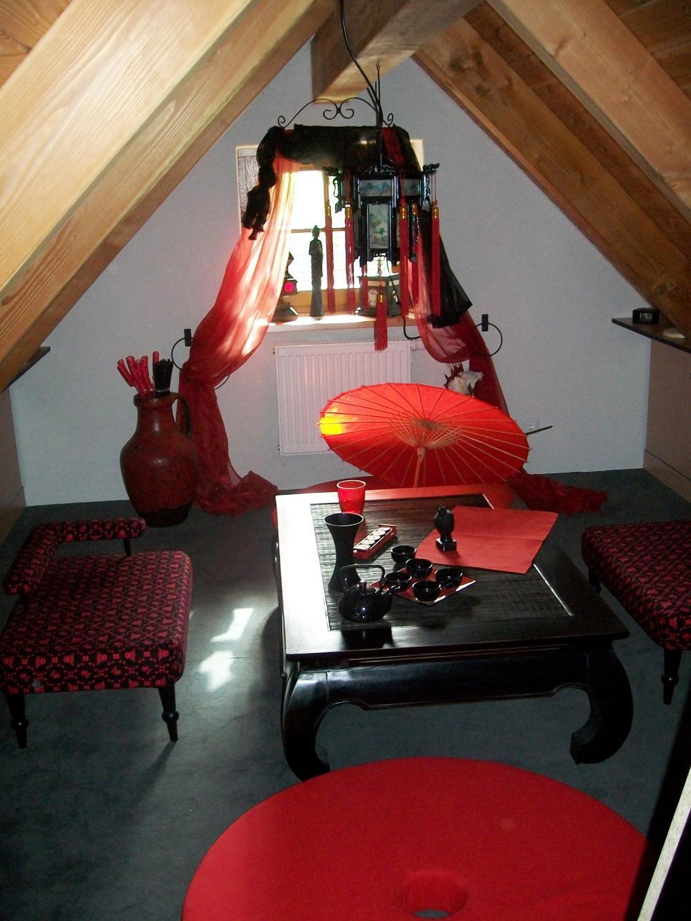 asiatisches beisammensein asiatisch wohnzimmer in rot. Black Bedroom Furniture Sets. Home Design Ideas