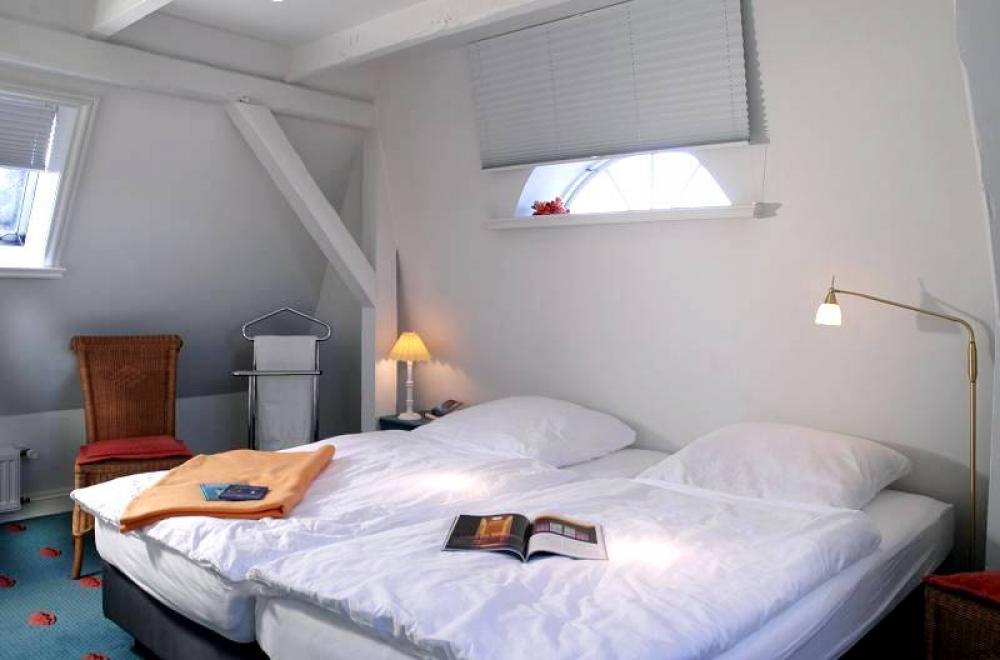 wei er landhaustraum landhaus schlafzimmer in weiss. Black Bedroom Furniture Sets. Home Design Ideas
