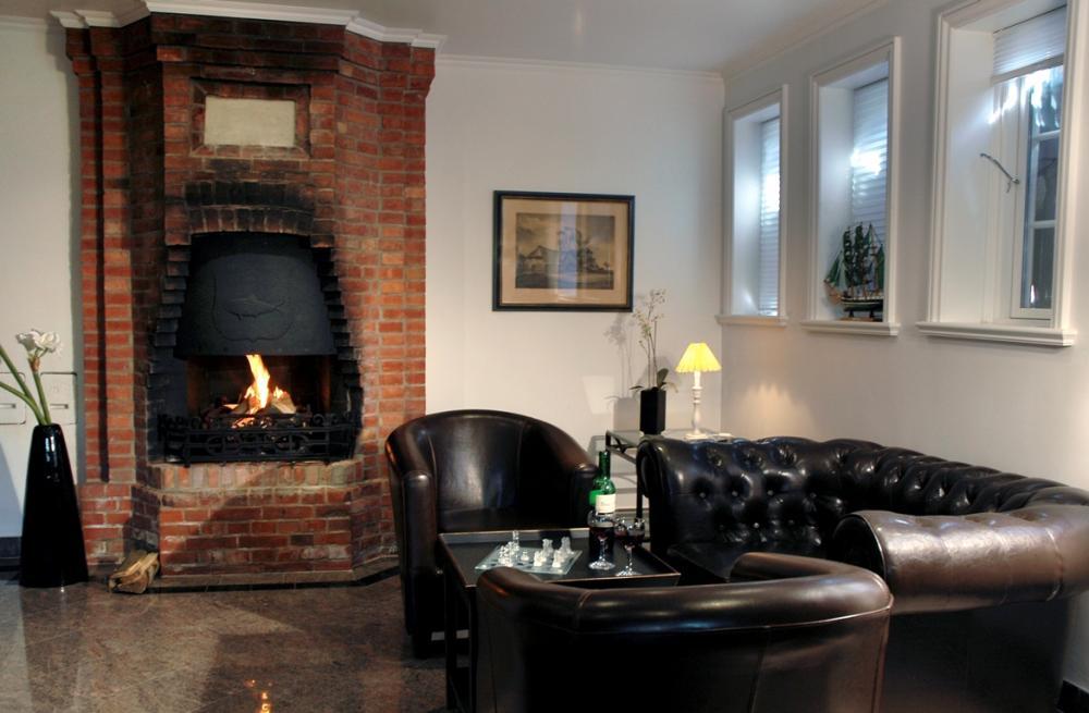 koloniales miteinander kolonial wohnzimmer in weiss. Black Bedroom Furniture Sets. Home Design Ideas