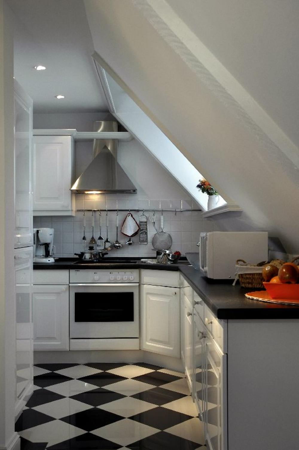 moderner k chenstil modern kueche in weiss. Black Bedroom Furniture Sets. Home Design Ideas