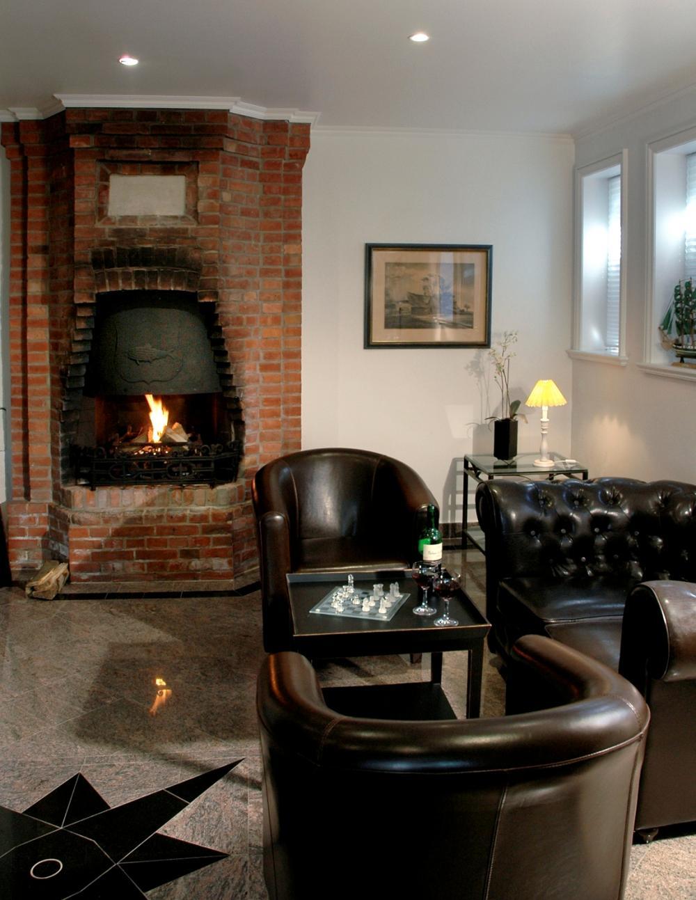 koloniales feuerspiel kolonial wohnzimmer in braun. Black Bedroom Furniture Sets. Home Design Ideas
