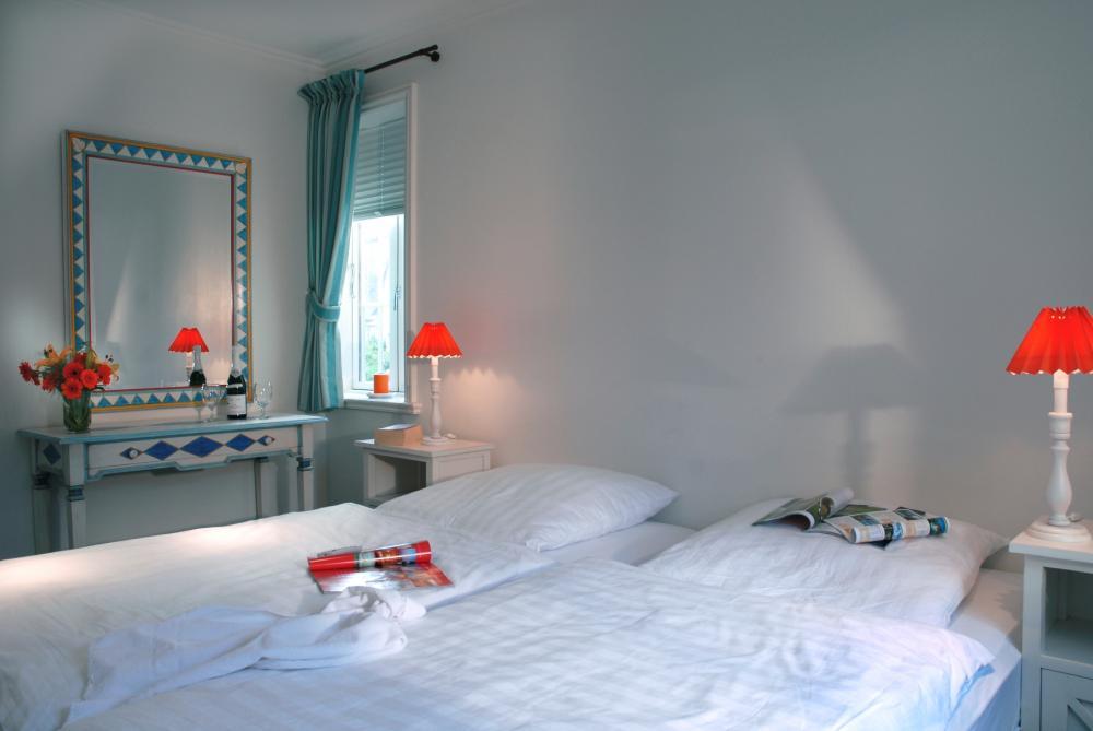 farbtupfer im l ndlichen stil landhaus schlafzimmer in blau. Black Bedroom Furniture Sets. Home Design Ideas
