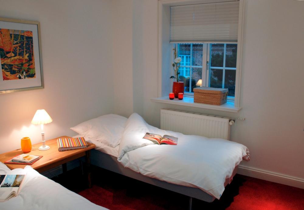 Schlichte Gemütlichkeit Schlafzimmer Modern in Rot