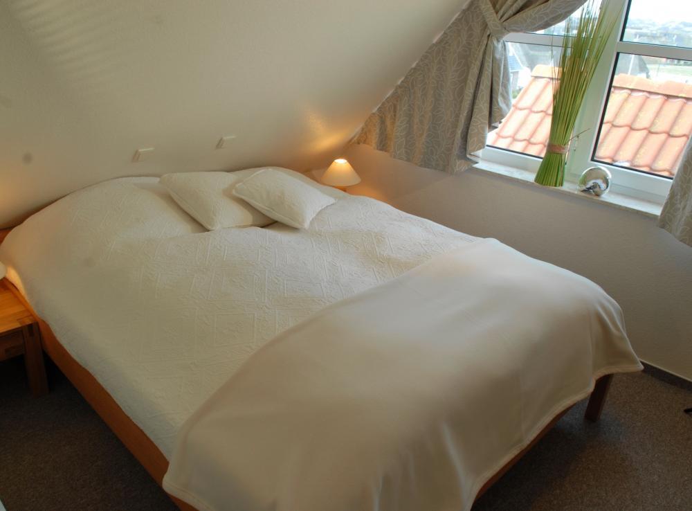 Schlafzimmer Schräge Deko: Platzsparende möbel für schlafzimmer ...
