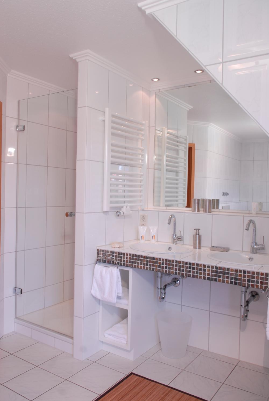 Farbige Mosaikmischung Bad Modern in Weiss