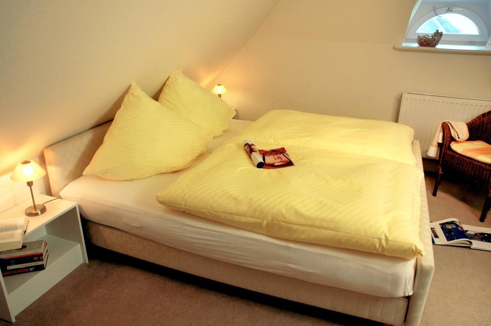 Schlafen in Schräglage Schlafzimmer Landhaus in Beige